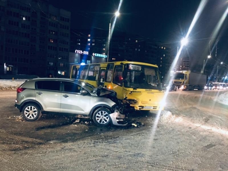 Момент ДТП с маршруткой на Куконковых сняли на видео