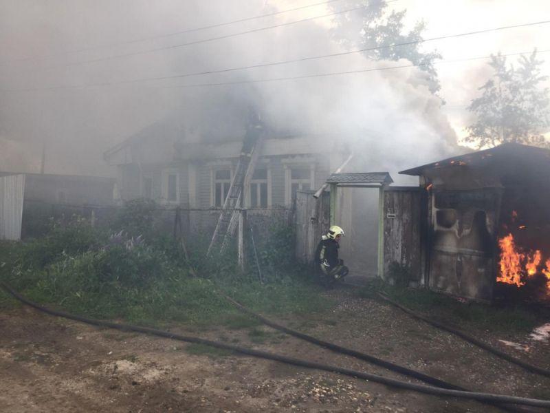 Пожар на 15-й Линии: горели гараж с домом и автомобиль