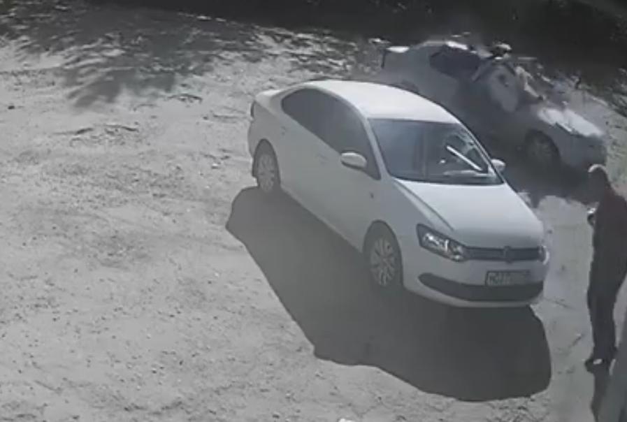 Опубликовано видео падения женщины в Вичуге с балкона на машину