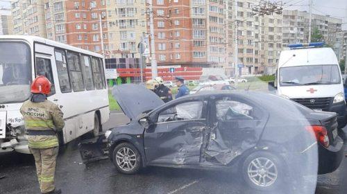 В ДТП на Куконковых с маршруткой пострадали два человека