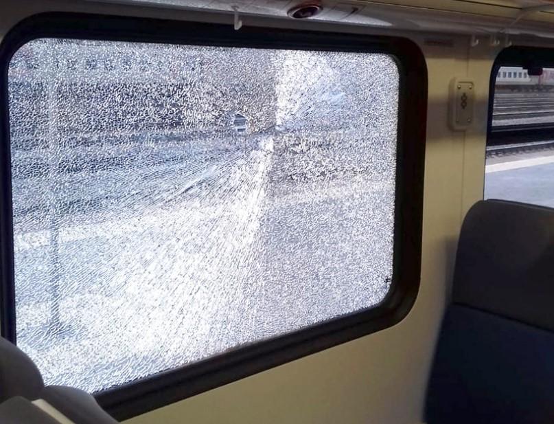 Рельсовый автобус Кинешма-Иваново забросали камнями в Вичуге: разбили стекло
