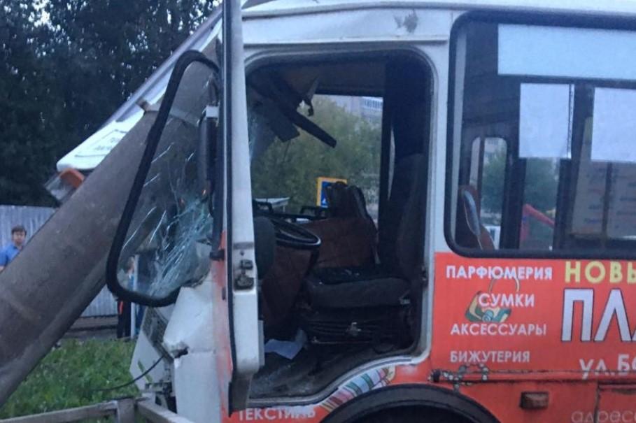 В ДТП автобуса на Богдана Хмельницкого есть пострадавший