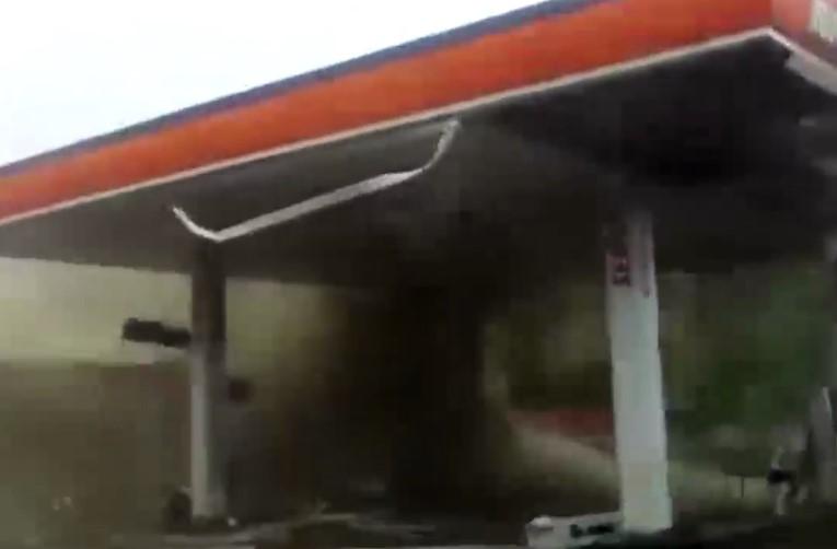 Ураган в Индии на видео унес жизни минимум трех человек