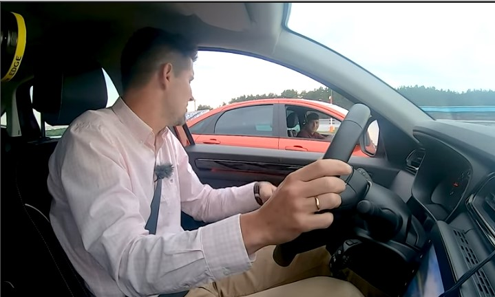 Vesta Sport на видео на корпус объехала Renault Arkana