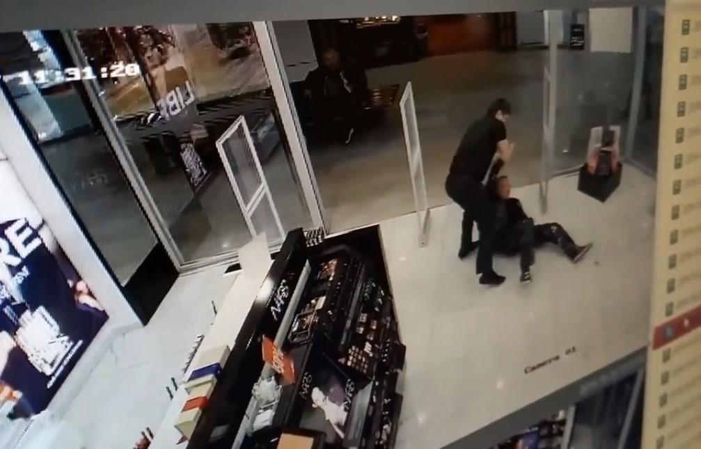 Драка охранника с пьяницей в Иванове на видео разлетелась по сети