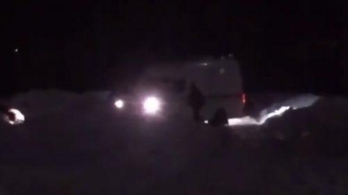 Машина «скорой помощи» на видео застряла в Рождественском микрорайоне