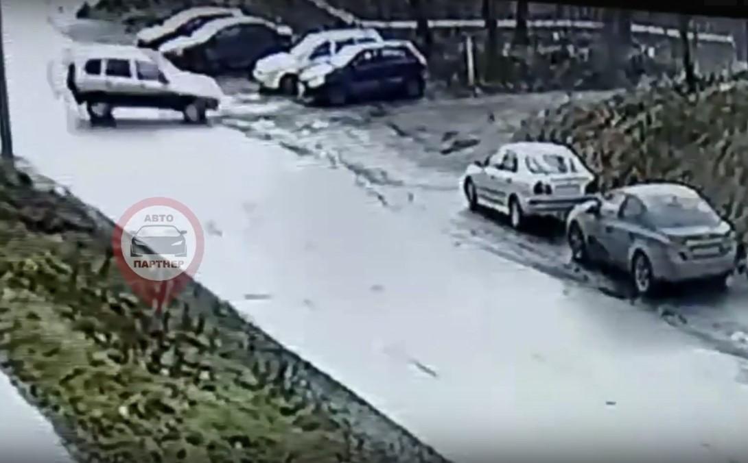 В Кохме на видео водитель Нивы устроил аварию на видео и сбежал