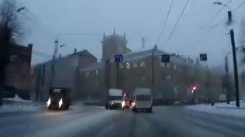 Авария с маршруткой на площади Пушкина попала на видео