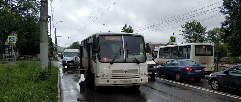 Авария на Ташкентской: столкнулись автобус и маршрутка