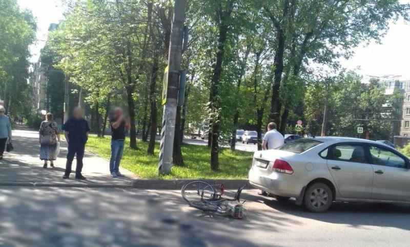 На проспекте Текстильщиков велосипедист налетел на «Фольксваген»