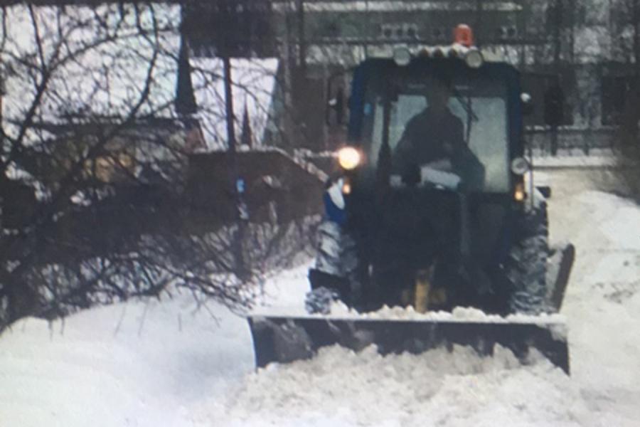 Уборка снега во дворах: жильцы домов возмущены припаркованными машинами
