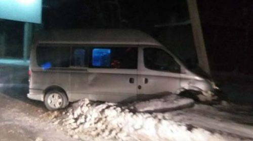 Микроавтобус на улице Люлина врезался в столб
