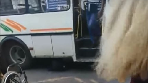 В Кинешме инвалид-колясочник упал под автобус, чтобы его довезли домой
