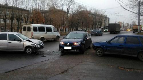 Массовое ДТП на проспекте Строителей в Иванове спровоцировал водитель Renault