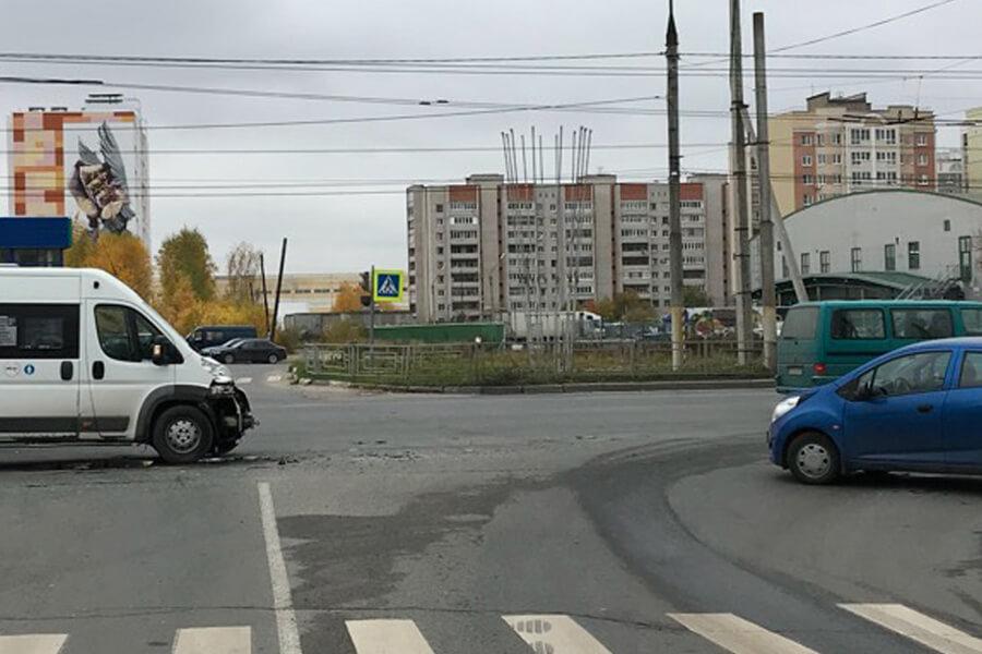 В Иваново маршрутка столкнулась в иномаркой, трое пассажиров пострадали