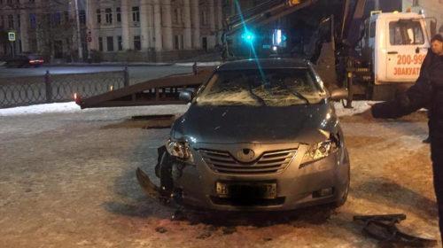 Кто сломал забор на новой площади Ленина: водитель вылетел с дороги