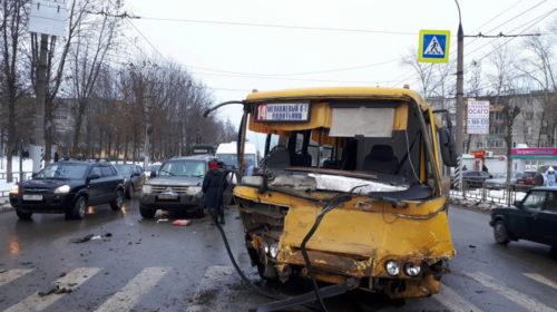ДТП с автобусом на Шубных-Строителей: в аварии пострадали четыре человека