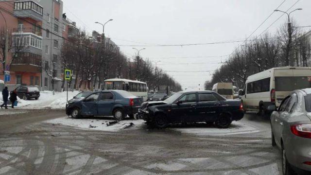 Авария на перекрестке проспекта Ленина и улицы Батурина: трое пострадавших