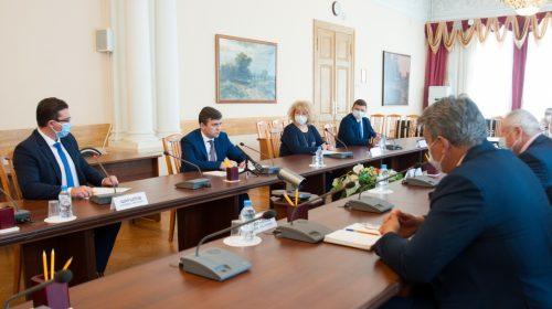Как получить 10 тысяч рублей на ребенка 16-17 лет: школа или соцзащита