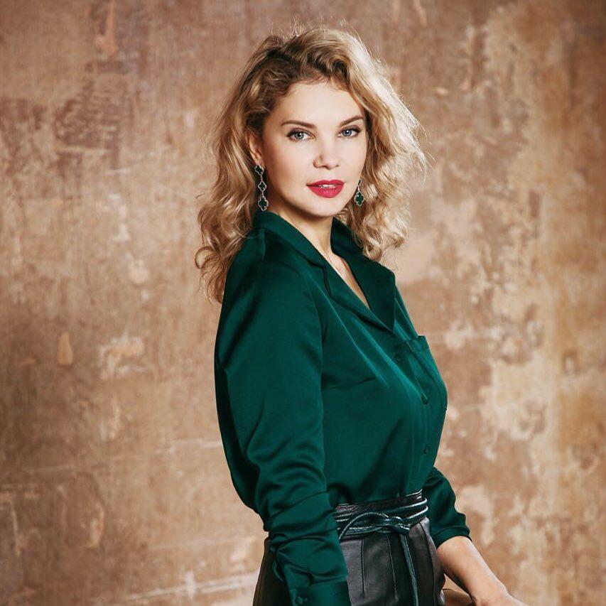 Юлия Ланда рассказала, как надевать деловой костюм девушке