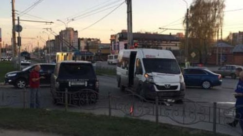 """Авария на Лежневской: """"Ленд Ровер"""" столкнулся с автобусом"""