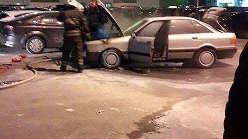 У «Ленты» возле ж/д вокзала сгорела машина, тушили 17 человек