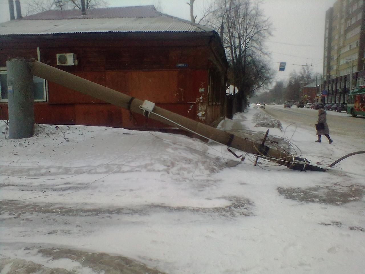 Авария на Кузнецова: троллейбус потяну провода и обрушил столб