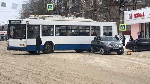 Московский троллейбус попал в аварию на улице 10 Августа