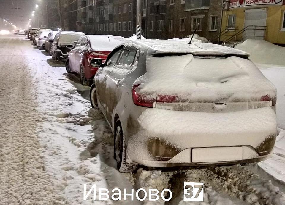 Автомобилисты мешают убирать дороги припаркованными на обочине машинами