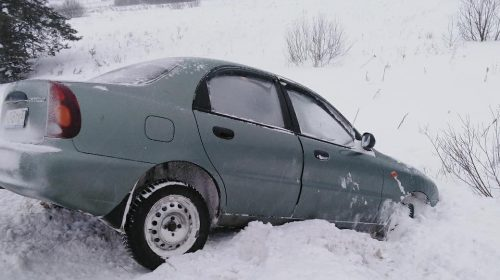 Вылетевшего с трассы в снег водителя спасли в Ивановской области