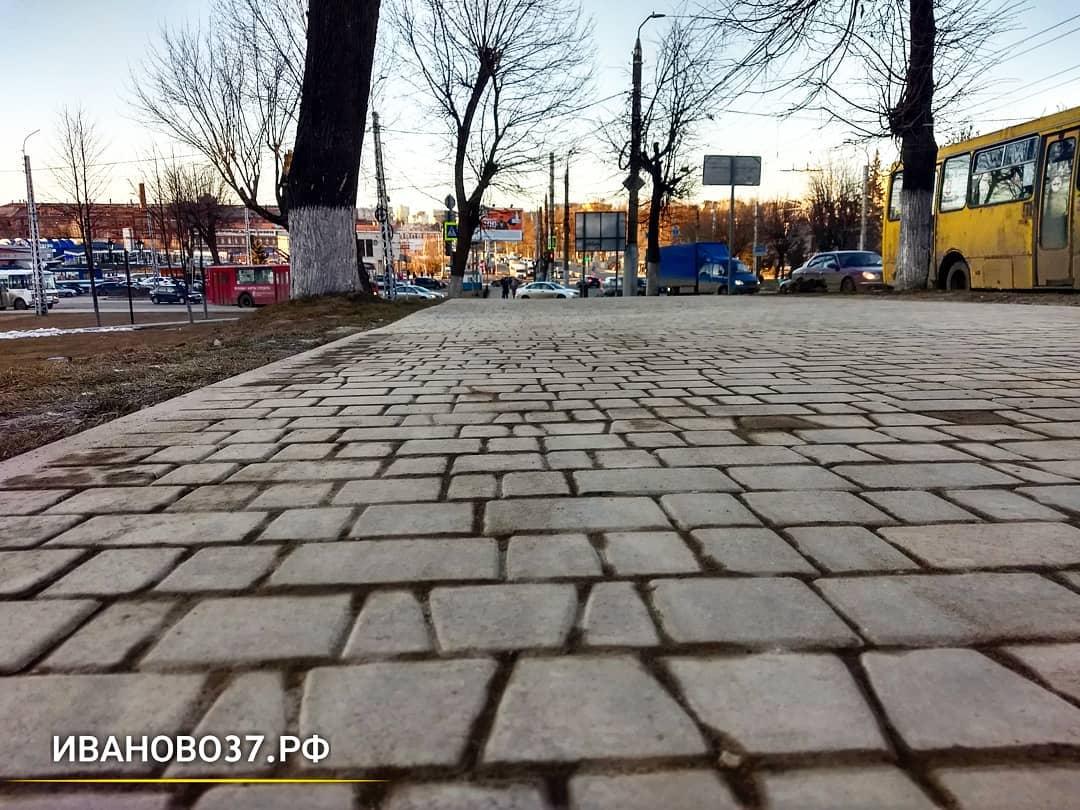 В Троицком сквере оперативно устранили провал на тротуаре