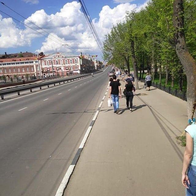 На проспекте Ленина людей сгоняют на тротуары