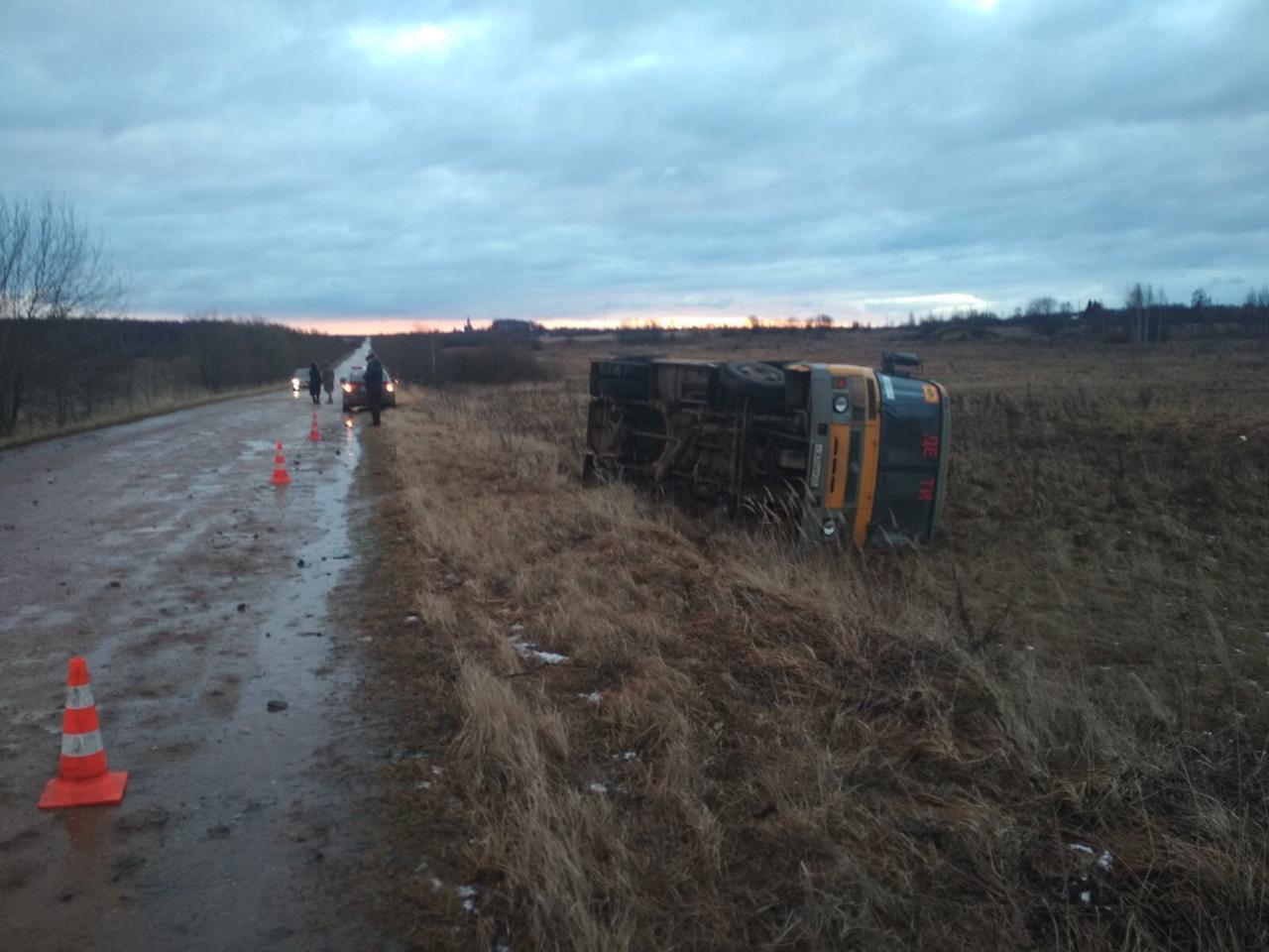 Школьный автобус перевернулся у деревни Селезенево