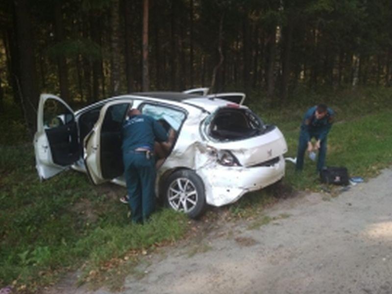 Авария у Бибирево: иномарка столкнулась с грузовиком и вылетела в кювет