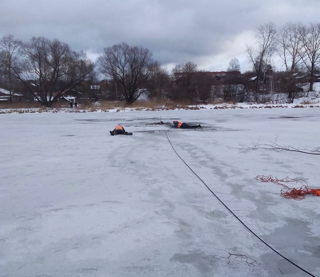 На Уводи два человека провалились под лед