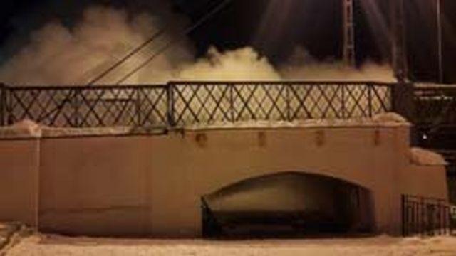 На улице Набережной вечером горел пешеходный мост