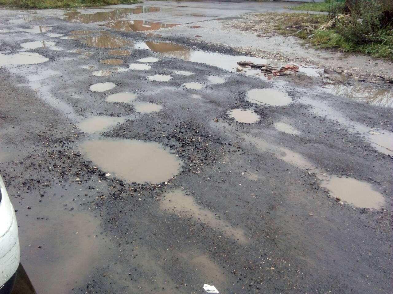 Дорога на улице Шустовой развалилась за несколько дней после ремонта
