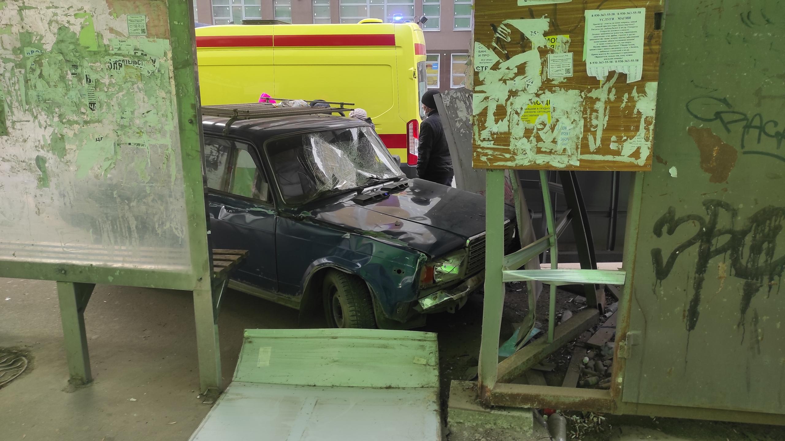 В ДТП у «Ленты» пострадали люди: машина врезалась в остановку