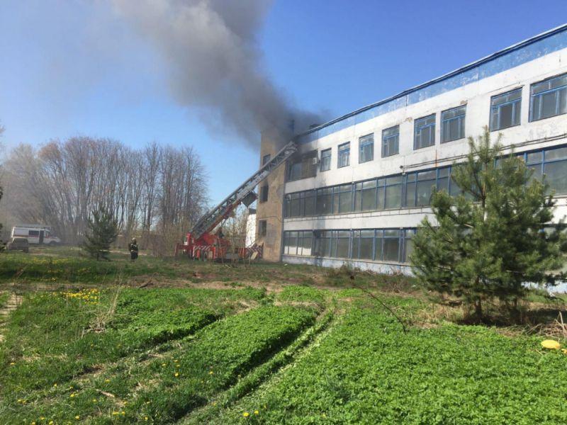 Пожар в швейном цеху на видео сейчас спровоцировал пробки
