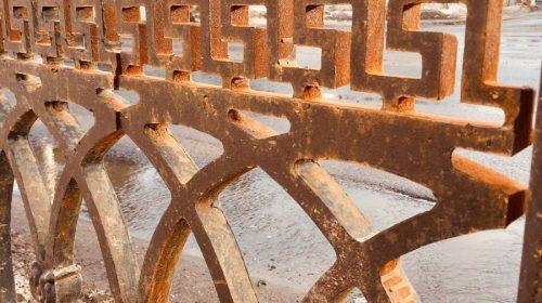 Ржавый забор на площади Ленина подкрасят за счет подрядчика