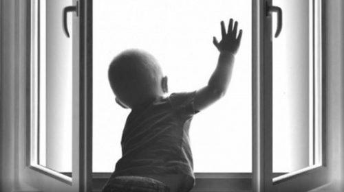 Из окна второго этажа дома на Академической выпал 6-летний мальчик