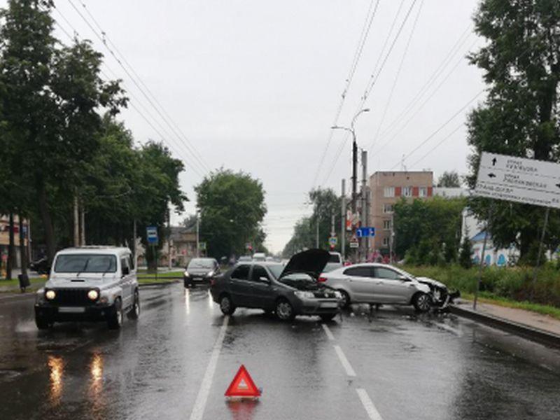 Авария на Кузнецова: «Фиат» столкнулся с «Киа Рио»