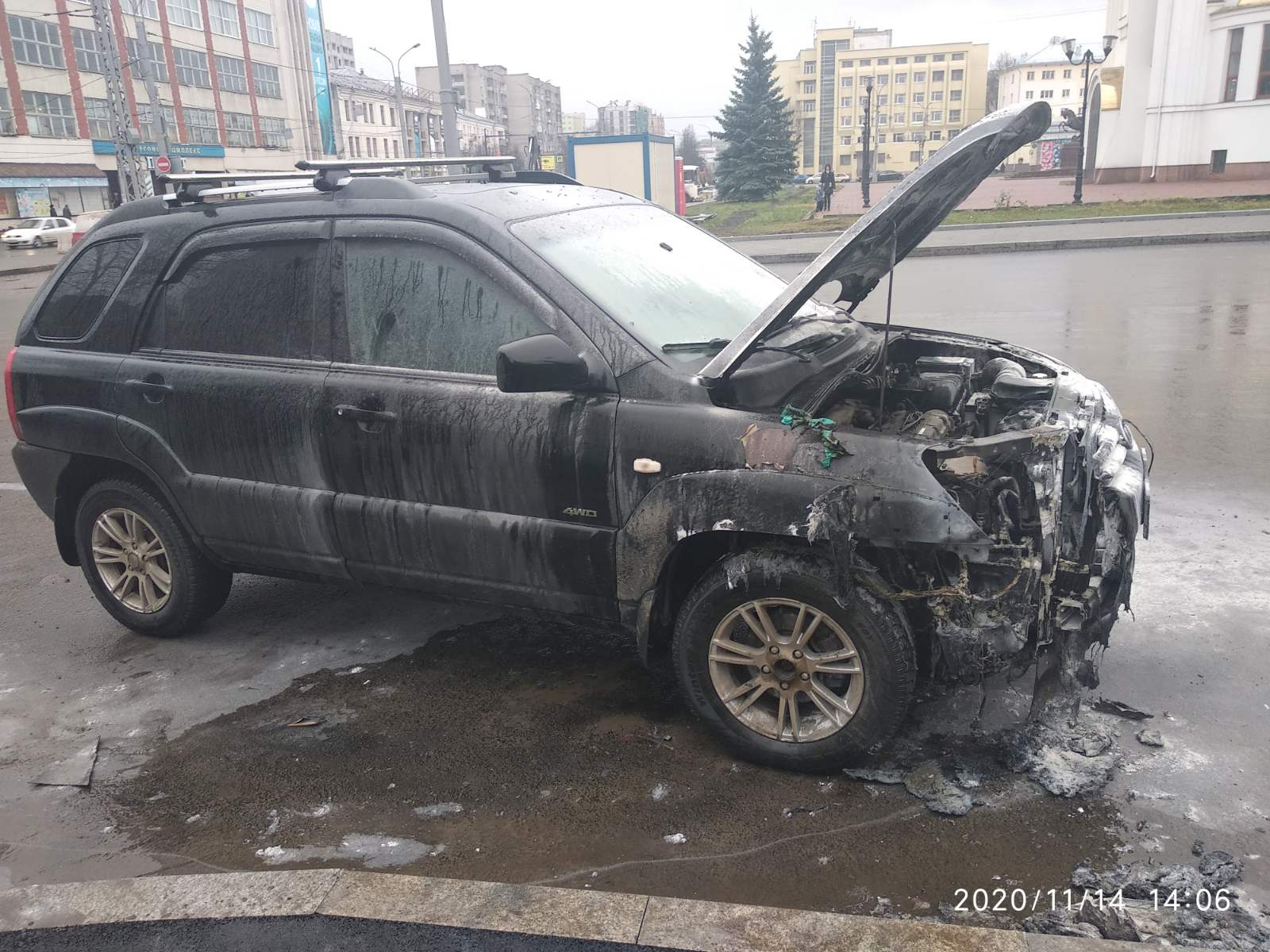 На площади Победы загорелся автомобиль
