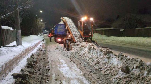 Уборка снега: пока жильцы работают лопатами, мэрия хвастается рекордами