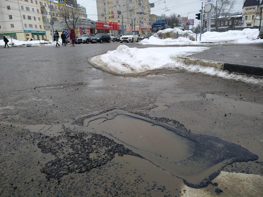 Ямы на дорогах весной: мэрия не намерена платить за кривые латки