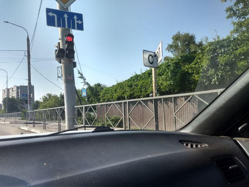 Вандалы за три дня сломали новый дорожный знак