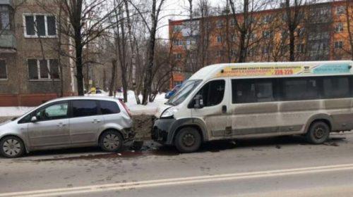 Авария на Любимова: маршрутка протаранила припаркованную машину