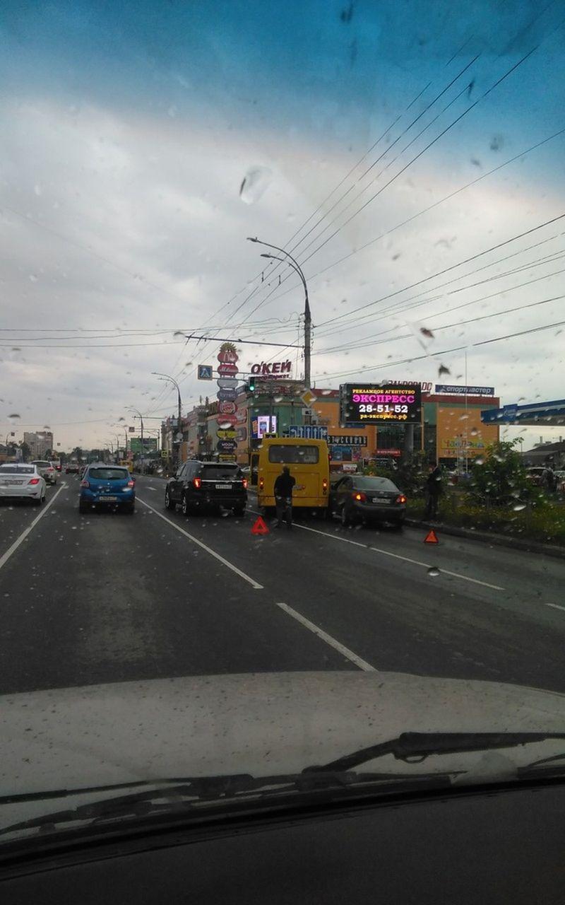 На перекрестке Лежневской и Велижской в аварию попал автобус