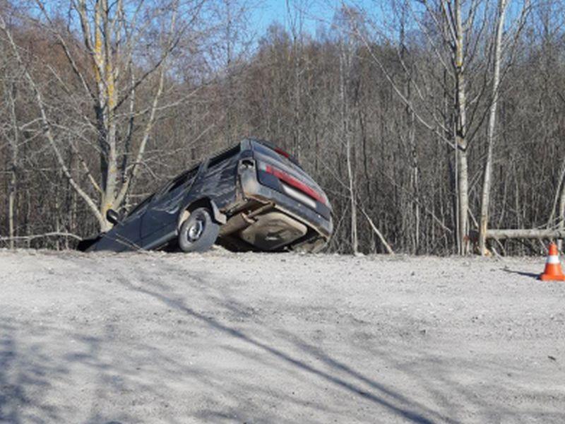 Авария на 11 километре трассы Комсомольск-Устье: ВАЗ налетел на дерево
