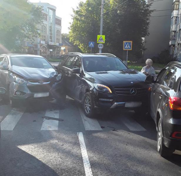 На улице Пушкина столкнулись три легковых автомобиля